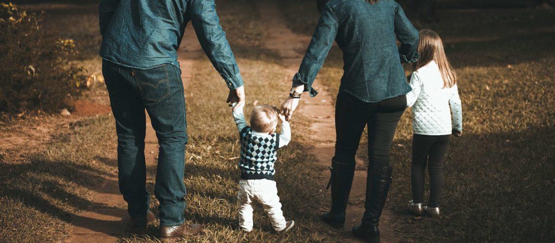 petit-crumble-enfants-parents-dos